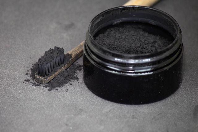 Esclarecimento sobre o Uso do carvão ativado sobre os dentes para clareamento dental
